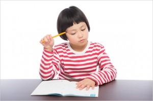 電気使用量を計算する女の子の画像