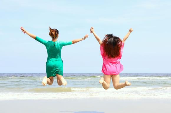 夏の海ではしゃぐ女性2人組