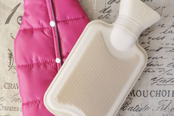 湯たんぽを使って冬の暖房を節電!気になる効果・使い方と湯たんぽの選び方