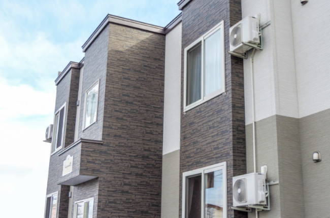 エアコンの室外機カバーは逆効果?すだれなどの日除けや防雪ネットなどはおすすめ