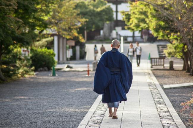 石畳を歩く僧